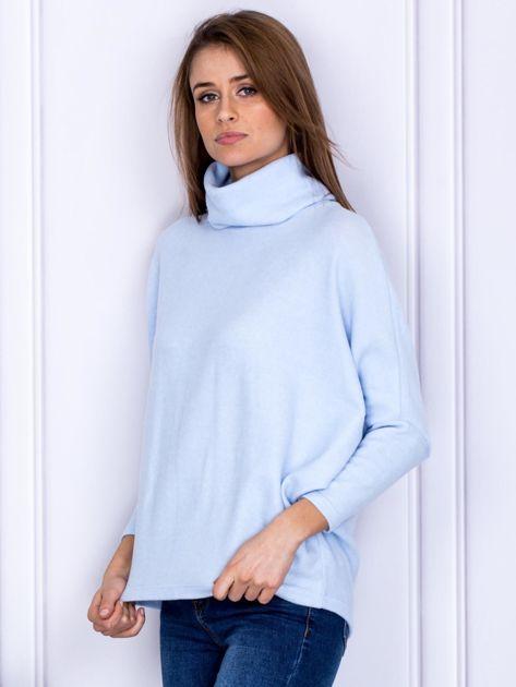 Sweter jasnoniebieski z miękkim kołnierzem                              zdj.                              3