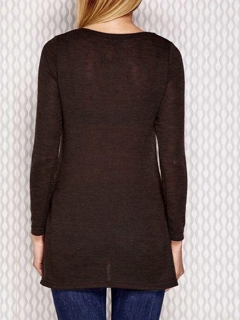 Sweter z dekoltem w serek i dłuższym tyłem khaki