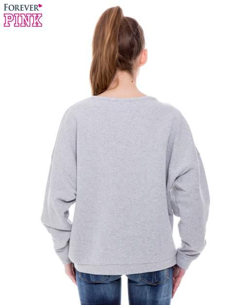 Szara bluza przeplatana metaliczną nicią ze srebrnym nadrukiem                                  zdj.                                  4