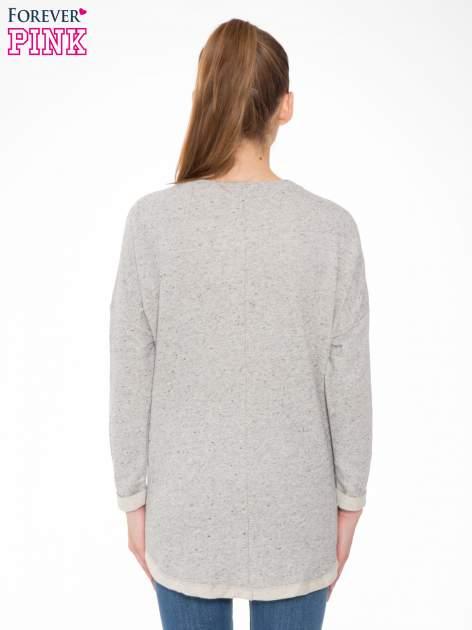 Szara bluza z dłuższym tyłem i nadrukiem kwiatów                                  zdj.                                  4