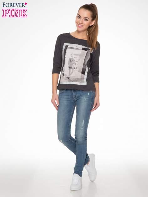 Szara bluzka w stylu fashion z nadrukiem LA VIE EST BELLE                                  zdj.                                  5