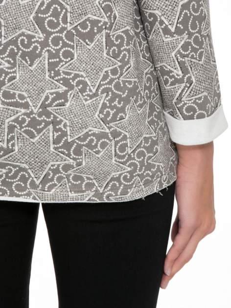 Szara bluzka z surowym wykończeniem we wzór gwiazd                                  zdj.                                  8