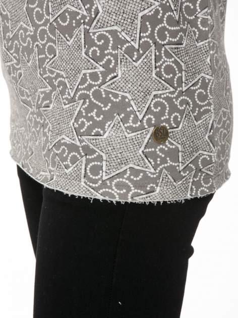 Szara bluzka z surowym wykończeniem we wzór gwiazd                                  zdj.                                  9
