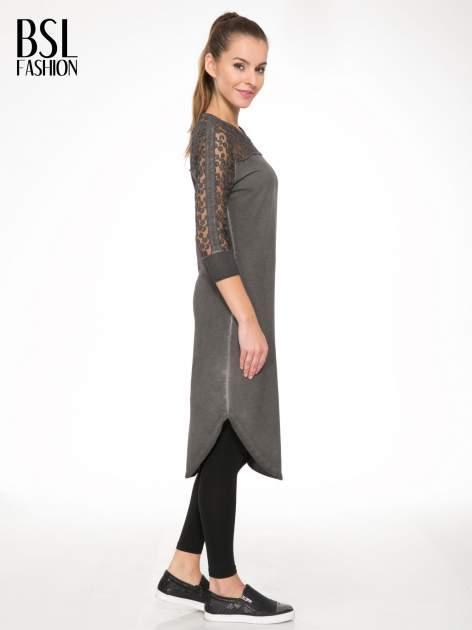 Szara dresowa sukienka z koronkowym karczkiem                                  zdj.                                  3