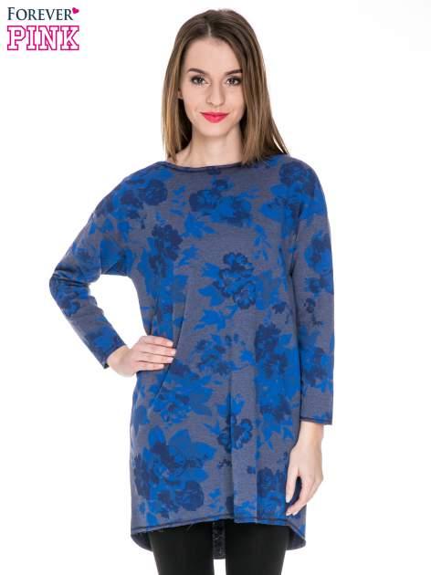 Szara dresowa sukienka z nadrukiem kwiatowym w kolorze niebieskim