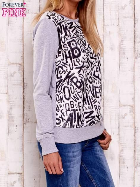 Szara-ecru bluza z nadrukiem liter                                  zdj.                                  3
