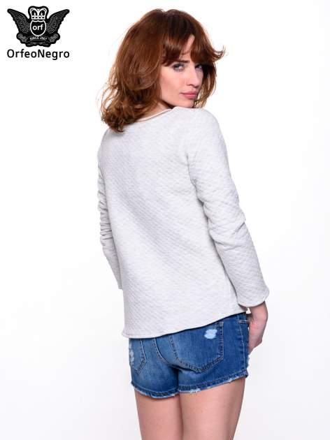 Szara pikowana bluza w stylu glamour ze złotym nadrukiem i lamówką                                  zdj.                                  2