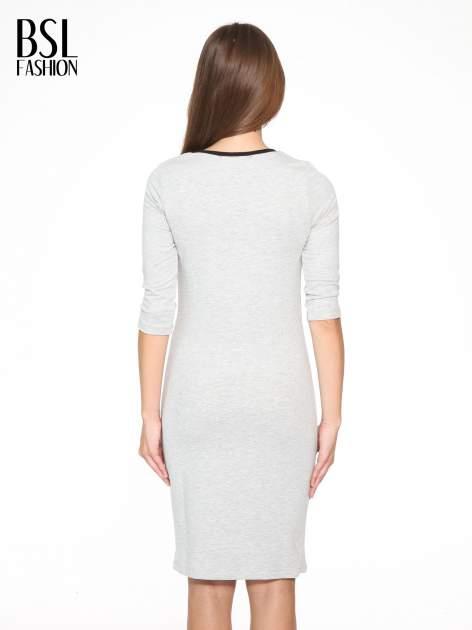 Szara prosta sukienka dresowa z napisem                                  zdj.                                  4