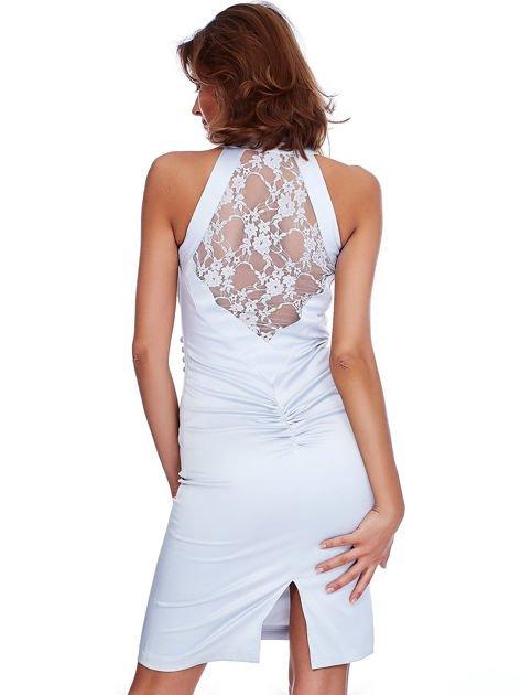 Szara satynowa sukienka z koronkową wstawką z tyłu                              zdj.                              2
