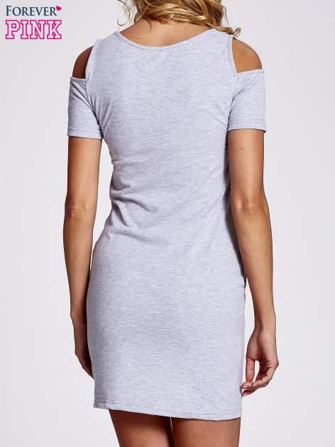 Szara sukienka dresowa cut out shoulder z nadrukiem dziewczyny                                  zdj.                                  4