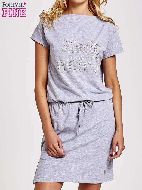 Szara sukienka dresowa wiązana w pasie z aplikacją z dżetów