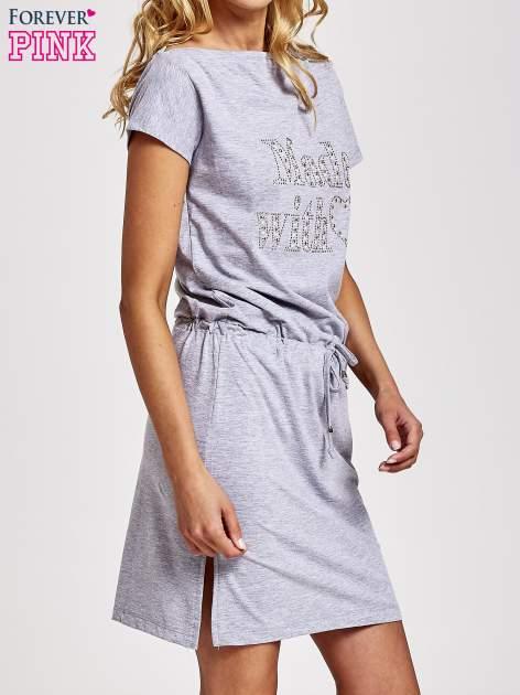 Szara sukienka dresowa wiązana w pasie z aplikacją z dżetów                                  zdj.                                  3