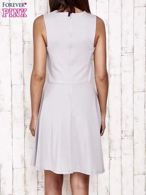 Szara sukienka dresowa z dekoltem cut out z kokardą                                  zdj.                                  2