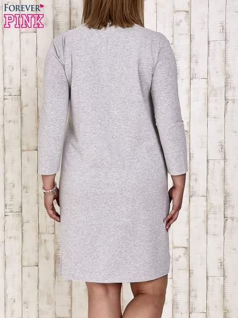 Szara sukienka dresowa z misiem PLUS SIZE                                  zdj.                                  4