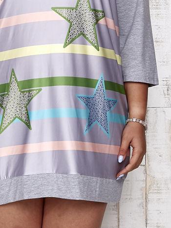 Szara sukienka dresowa z nadrukiem gwiazd PLUS SIZE                                  zdj.                                  5