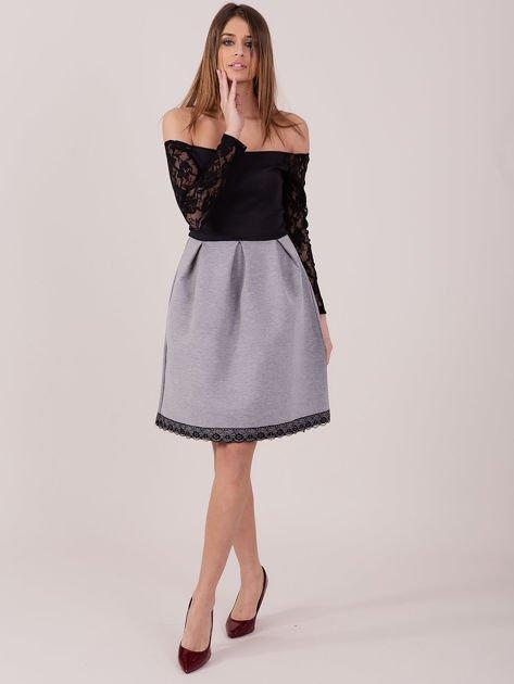 Szara sukienka z koronkowymi rękawami                              zdj.                              4