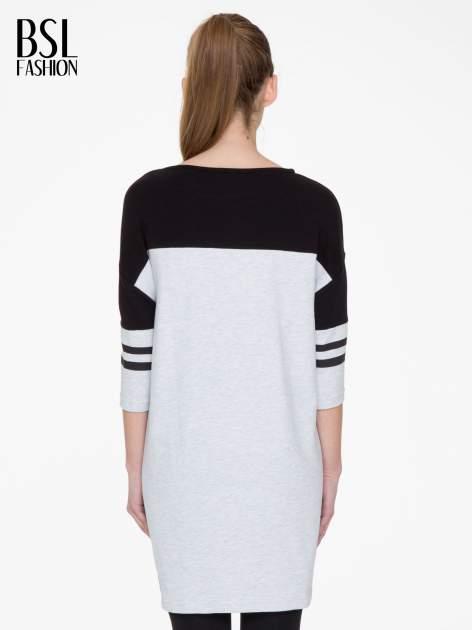 Szara sukienka z napisem NOIR w stylu sportowym                                  zdj.                                  4