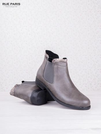 Szare botki faux leather Bella na płaskim obcasie z wężową wstawką na cholewce                                  zdj.                                  3
