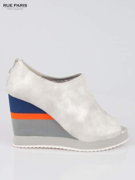 Szare buty open toe na koturnie w paski