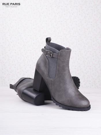 Szare cieniowane botki eco leather Emma z ozdobną klamerką na słupku                                  zdj.                                  3