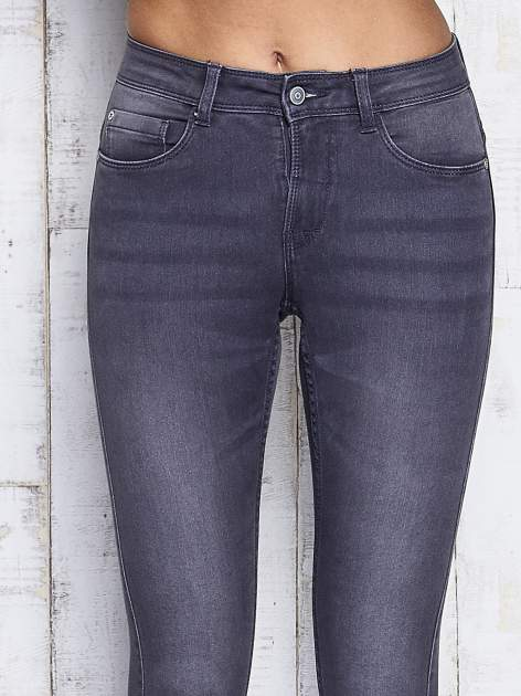 Szare dopasowane spodnie jeansowe                                   zdj.                                  4