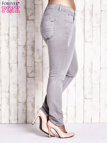 Szare dopasowane spodnie z tłoczeniami PLUS SIZE                                  zdj.                                  3