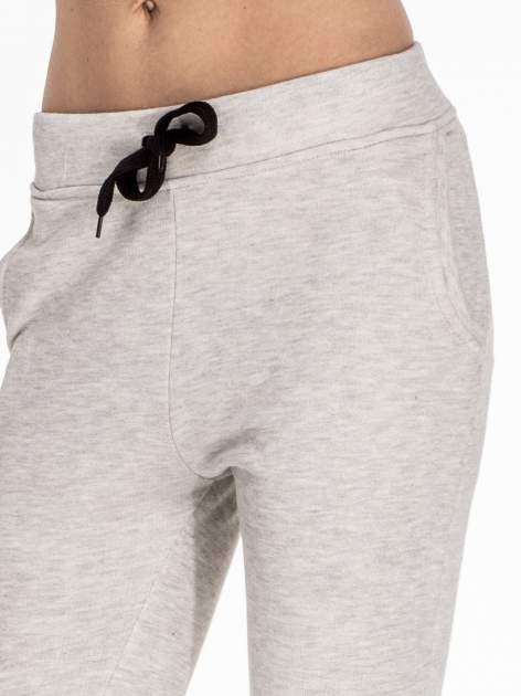 Szare dresowe spodnie damskie o kroju baggy                                  zdj.                                  5
