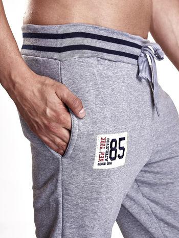 Szare dresowe spodnie męskie z naszywkami i kieszeniami                                  zdj.                                  5