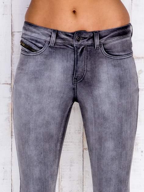Szare jeansowe spodnie rurki z przetarciami i kieszenią                                  zdj.                                  4