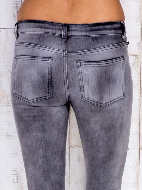 Szare jeansowe spodnie rurki z przetarciami i kieszenią                                  zdj.                                  5