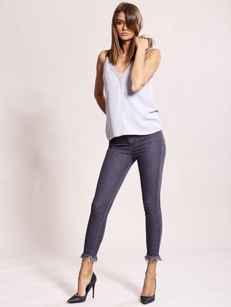 Szare jeansy z postrzępionymi nogawkami                              zdj.                              4