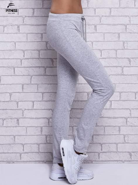 Szare melanżowe spodnie dresowe z prostą nogawką                                  zdj.                                  3