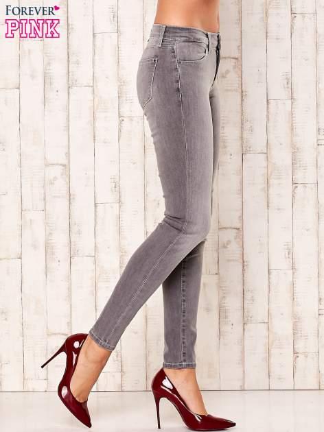 Szare przecierane spodnie regular                                  zdj.                                  2