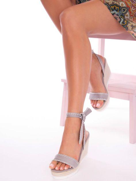 Szare sandały z eco zamszu z ozdobnymi obszyciami, wiązane na boku                               zdj.                              1