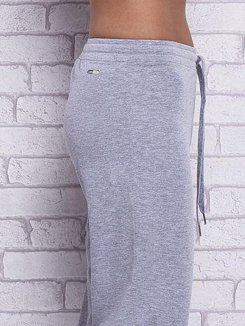 Szare spodnie capri z wszytą kieszonką                                  zdj.                                  5