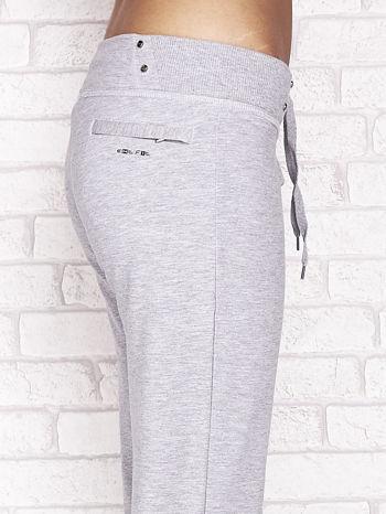 Szare spodnie dresowe capri z kieszonką na suwak                                  zdj.                                  5