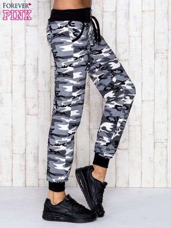 Szare spodnie dresowe moro z troczkami                                  zdj.                                  3