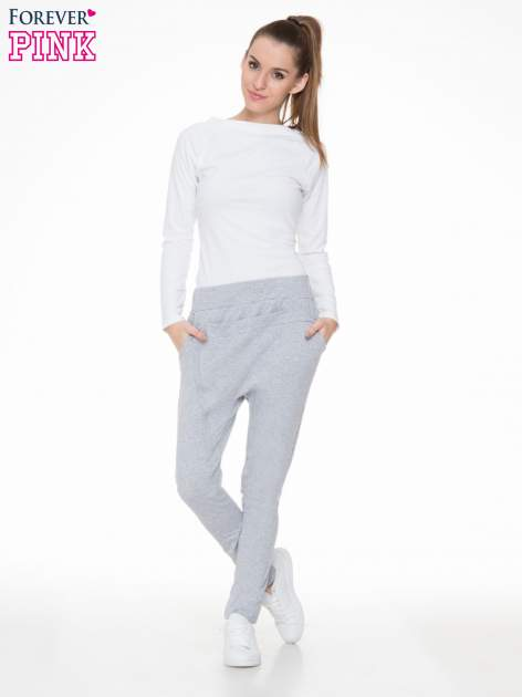 Szare spodnie dresowe typu baggy z ozdobnym zamkiem                                  zdj.                                  2