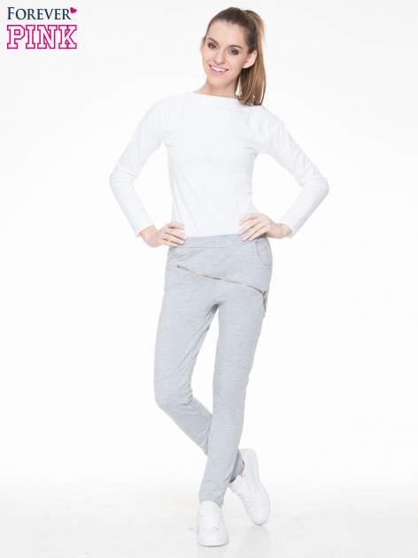 Szare spodnie dresowe typu baggy z suwakiem                                  zdj.                                  2