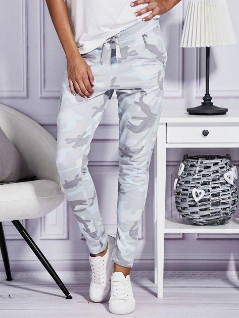 Szare spodnie dresowe w militarny wzór                                  zdj.                                  1