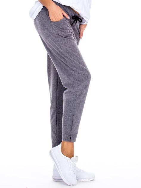 Szare spodnie dresowe z asymetrycznymi przeszyciami                              zdj.                              3