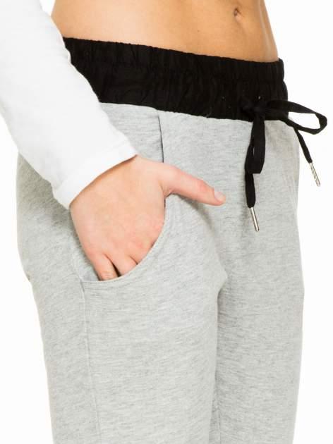 Szare spodnie dresowe z elastycznym kontrastowym pasem                                  zdj.                                  5