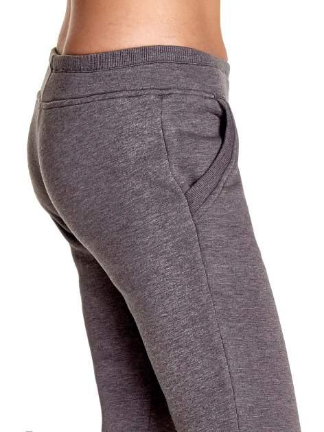 Szare spodnie dresowe z guziczkami przy ściągaczu                                  zdj.                                  6