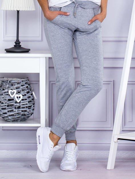Szare spodnie dresowe z kieszonką z przodu                                  zdj.                                  1