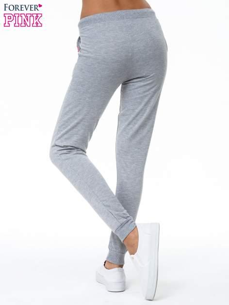 Szare spodnie dresowe z kolorową wstawką                                  zdj.                                  4