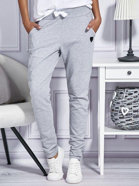 Szare spodnie dresowe z kolorowymi lampasami                              zdj.                              1