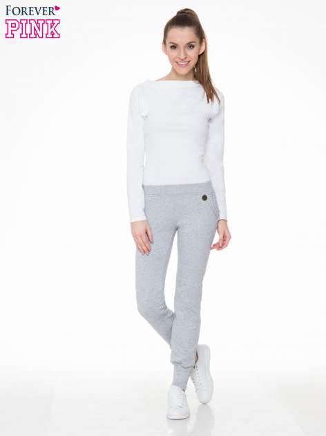 Szare spodnie dresowe z łańcuszkami przy kieszeniach                                  zdj.                                  2