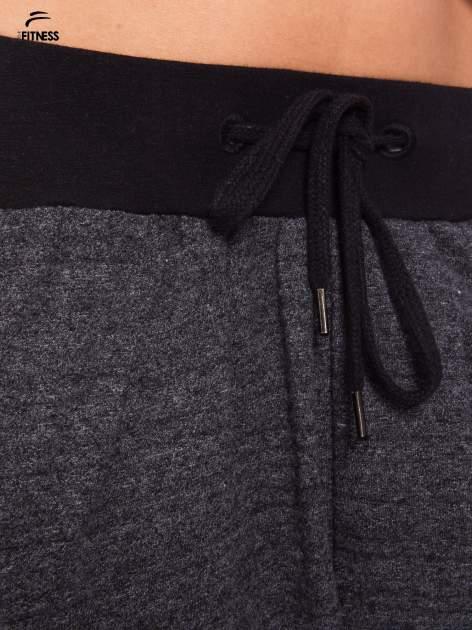 Szare spodnie dresowe z nogawką slim ściągane w pasie troczkami                                  zdj.                                  5