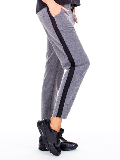 Szare spodnie dresowe z troczkami i lampasami                              zdj.                              1