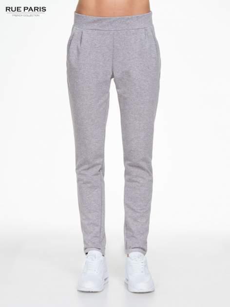 Szare spodnie dresowe z zakładkami przy kieszeniach                                  zdj.                                  1